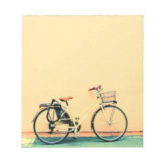 Roda amarela da bicicleta dois da cesta da bloco de notas