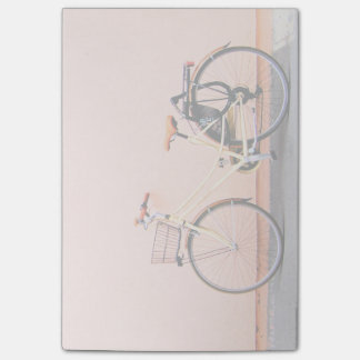 Roda cor-de-rosa da bicicleta dois da cesta da bloco post-it