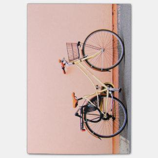 Roda da bicicleta dois da cesta da bicicleta do bloco post-it