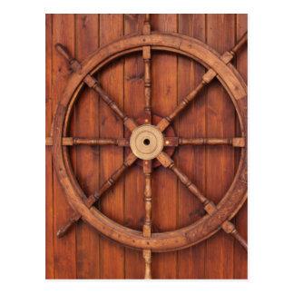 Roda náutica do leme dos navios na parede de cartão postal