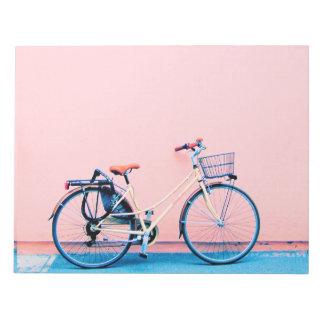 Rodas de bicicleta cor-de-rosa azuis da cesta da bloco de notas
