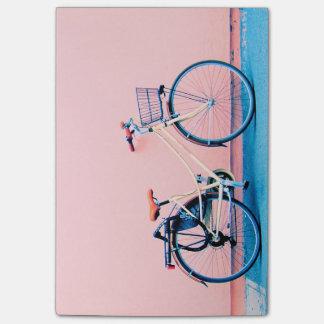 Rodas de bicicleta cor-de-rosa azuis da cesta da bloco post-it