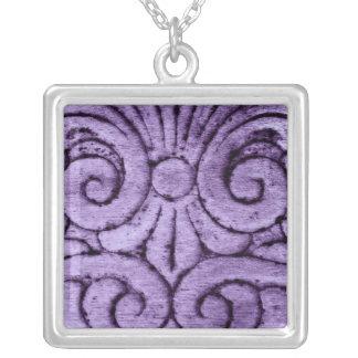 Rolos roxos da flor de lis que cinzelam o design colar com pendente quadrado