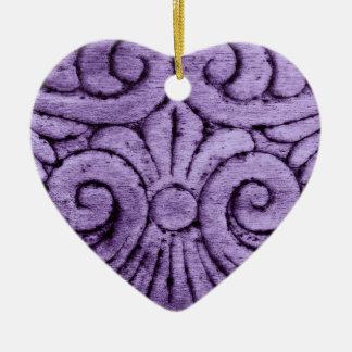 Rolos roxos da flor de lis que cinzelam o design ornamento de cerâmica coração