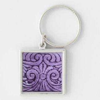 Rolos roxos da flor de lis que cinzelam o design chaveiro quadrado na cor prata
