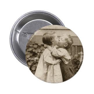 Romance do amor do vintage crianças que beijam p boton