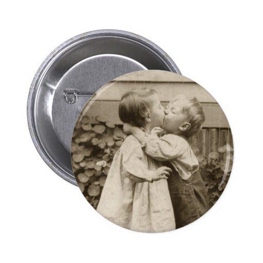 Romance do amor do vintage, crianças que beijam, p boton