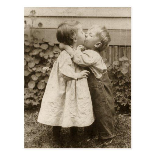 Romance do amor do vintage, crianças que beijam, p cartao postal