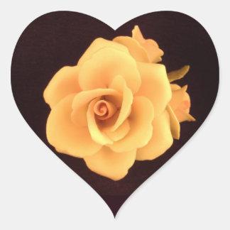 Rosa amarelo na etiqueta preta do coração do fundo