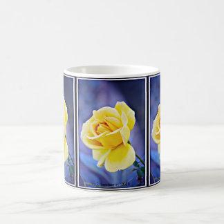 Rosa amarelo no copo de café roxo/caneca caneca de café