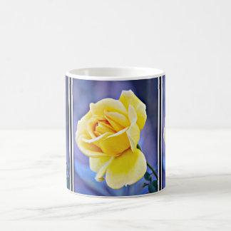 Rosa amarelo no copo de café violeta caneca de café