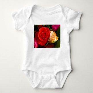 Rosa amarelo vermelho t-shirts