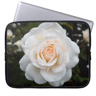 Rosa branco com a bolsa de laptop dos pingos de capa para laptop
