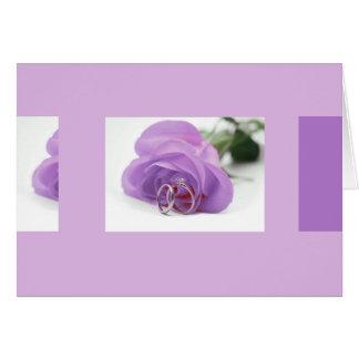 Rosa do roxo e cartão das alianças de casamento