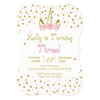 Rosa e convite do aniversário do unicórnio do ouro