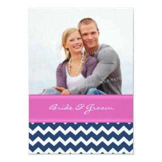 Rosa quente azul Chevron dos convites do casamento