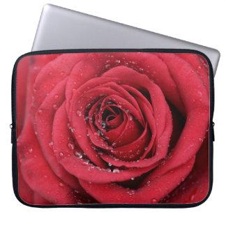 Rosa vermelha com gotas bolsas e capas para computadores