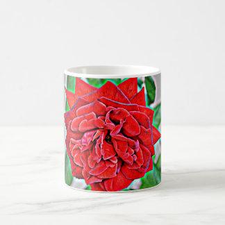Rosa vermelha na caneca de café cinzenta