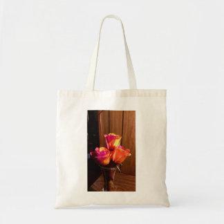 Rosas cor-de-rosa e amarelos alaranjados sacola tote budget