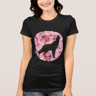 Rosas cor-de-rosa e camisa preta do lobo do urro