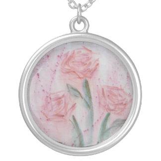 Rosas cor-de-rosa na aguarela e no acrílico colar com pendente redondo
