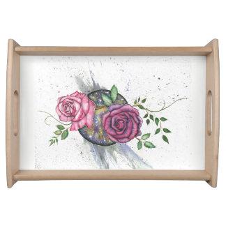 Rosas cor-de-rosa no espaço, servindo a bandeja