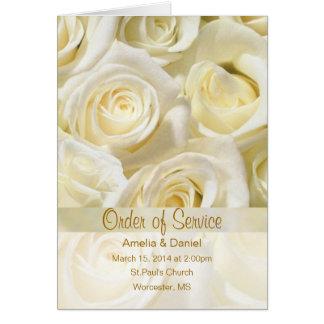 Rosas de creme brancos que Wedding o convite do