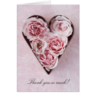 rosas rosas pálido em uns cartões de