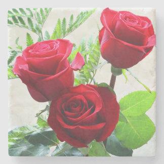 Rosas vermelhas porta copos de pedra