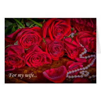 Rosas vermelhas românticas com cartão das pérolas