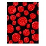 Rosas vermelhas românticas no fundo preto cartão postal