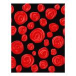 Rosas vermelhas românticas no fundo preto convite personalizado