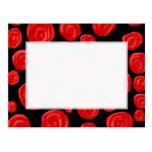 Rosas vermelhas românticas no fundo preto. Costume Cartão Postal