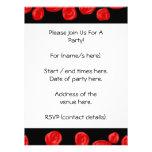 Rosas vermelhas românticas no fundo preto. Costume Convite