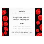 Rosas vermelhas românticas no fundo preto. Costume Convites Personalizado