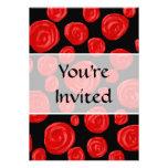 Rosas vermelhas românticas no fundo preto. Costume Convite Personalizados