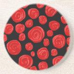 Rosas vermelhas românticas no fundo preto porta copo