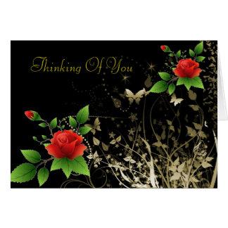 Rosas vermelhas um cartão da borboleta do ouro