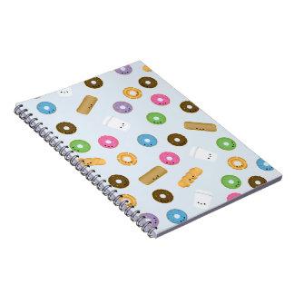 Rosquinhas de sorriso bonitos e caderno do café