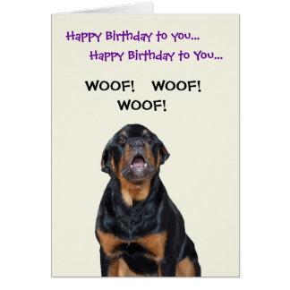 Rottweiler vê o cartão de aniversário do carteiro