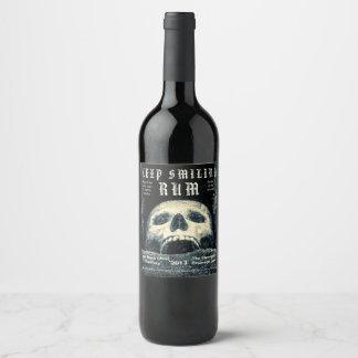 Rótulo De Garrafa De Cerveja O crânio do Dia das Bruxas mantem o rum de sorriso