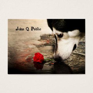 Rouco com cartão de visita da rosa vermelha