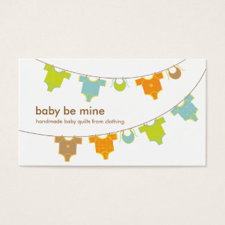 Roupa do bebê em um cartão de visita do