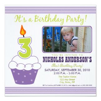 Roxo doce do convite de festas do aniversário de 3