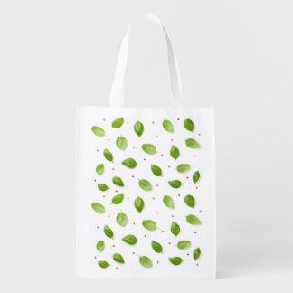 Sacola Ecológica Folhas da manjericão com os Peppercorns isolados