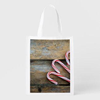 Sacola Ecológica Madeira rústica com os bastões de doces do Natal