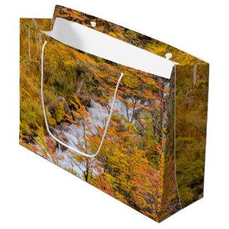 Sacola Para Presentes Grande Cena colorida da paisagem da floresta, Patagonia