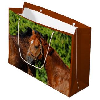Sacola Para Presentes Grande Dois cavalos bonitos da castanha no Sun