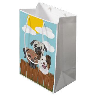 Sacola Para Presentes Média Cães afortunados da ilustração em uma cerca de