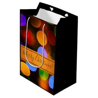 Sacola Para Presentes Média Luzes de Natal coloridos. Adicione o texto ou